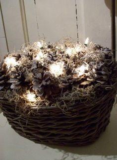 Mandje met besneeuwde dennenappels en lichtjes, ook nog mooi in januari!
