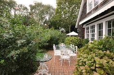 Hamptons garden Hampton Garden, The Expanse, The Hamptons, Beach House, Cabin, House Styles, Home Decor, Beach Homes, Decoration Home