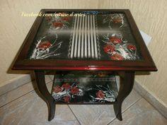 Mesa de apoio com decoupage e vitrificação e  técnica de pintura charão