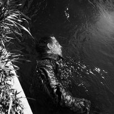 Lee Miller Ein toter SS-Wachmann treibt im Kanal, Dachau, Deutschland, 1945 © Lee Miller Archives England 2015. All Rights Reserved. www.leemiller.co.uk
