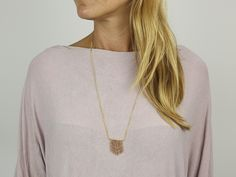 Deze prachtige stijlvolle hanger maak je met die welbekende kleine kraaltjes waar we vroeger allemaal regelmatig sieraden van gemaakt hebben.  #DaWandaDIY #DIY #Homemade #Jewels #Sieraden