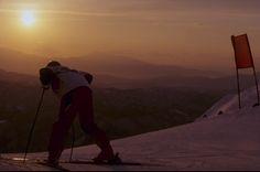 IlPost - La parte iniziale della pista di discesa libera viene ispezionata durante le Olimpiadi Invernali del 1998 a Nagano, in Giappone (Mike Powell/Allsport) - La parte iniziale della pista di discesa libera viene ispezionata durante le Olimpiadi Invernali del 1998 a Nagano, in Giappone (Mike Powell/Allsport)
