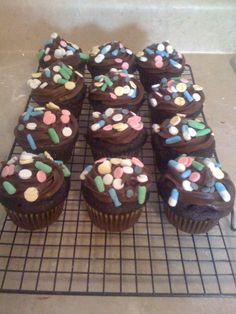 """pharmacy """"pill"""" cupcakes. I just want to make them!"""