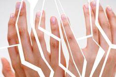 Περιποιηθείτε τα Σκασμένα Χέρια Τα χέρια μας υποφέρουν περισσότερο από οποιοδήποτε άλλο σημείο στο σώμα μας τον χειμώνα εξαιτίας του ότι είναι μονίμως εκτεθειμένα στις καιρικές συνθήκες αλλά και στις δουλειές του σπιτιού.