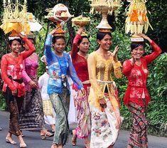 Balinese Kebaya - Meet the traditional elegance and the colorful spring.