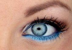 Jól mutat, ha a felső szemhéjat feketével, az alsót a szemedhez hasonló árnyalatú kékkel húzod ki.