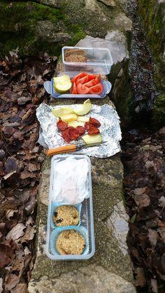 So sah unser Mittagessen auf einer mehrtägigen Wanderung auf Mallorca aus: selbstgemachte Müsliriegel in Muffin-Form (Riegel kann ja jeder!), viel frisches Obst und Gemüse, ein bisschen leckere mallorquinische Salami und Vollkornbrot
