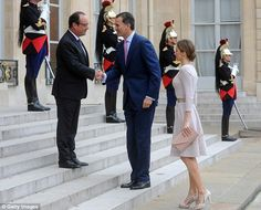 Hello down there! French President Francois Hollande (L) welcomes King Felipe VI of Spain (C) and Queen Letizia of Spain at the Elysee Palace - but has to stand two steps above them to be at lofty Felipe's eye level
