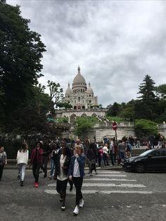 La Basilique du Sacré-Coeur dans le quartier de Montmartre à Paris. / The Sacred Heart Basilica in Montmartre district in Paris, France.