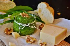 Fresh pesto is a great addition to a wide variety of meals: sandwhiches, fish, veggies, and of course pasta. Here we show you how to make pesto - homemade style. Charcuterie Raclette, Receta Salsa Pesto, How To Make Pesto, Homemade Pesto, Fat Burning Diet, Cleanse Diet, Prosciutto