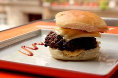hambúrguer caseiro com bacon, molho barbecue e queijo cheddar –