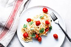 This burst tomato pasta recipe is totally bursting with flavor, and that flavor is actually inside the noodles. It has a creamy texture with bright tomato flavors Seafood Pasta Recipes, Yummy Pasta Recipes, Chicken Pasta Recipes, Vegetarian Recipes Dinner, Delicious Recipes, Healthy Pasta Dishes, Healthy Pastas, Food Dishes, Healthy Recipes