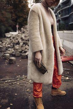 Lisa Banholzer Blogger Bazaar zeigt einen Fake Fur Mantel in Camel/Beige zu einem Turtle Neck Shirt fotografiert in Berlin von Theresa Kaindl: http://www.blogger-bazaar.com/2017/11/01/fake-fur-strass-und-streetwear/ Timberland Boots, Cargo Pants, Cargo Hose, Orange, Herbst, Fashion Editorial, Vogue. Blog, Strass, Statement Earrings, Fendi, Vintage