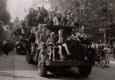 1945   Bevrijding Amsterdam, intocht Canadezen op de Nieuwezijds Voorburgwal.
