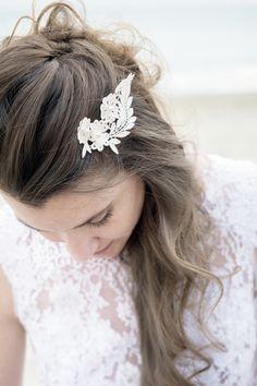 // Créatrice  robes et accessoires mariées sur-mesure// Couronnes de fleurs / barrette/ peigne à cheveux / Hairstyle /bohème-chic / bridal  crédit photo @ruevalfere