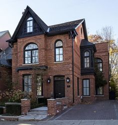 I love the brick and black - Architecture Designs, .- Ich liebe den Ziegelstein und Schwarz – Architecture Designs, I love the brick and black – Architecture … - Architecture Design, Black Architecture, Victorian Architecture, Style At Home, Brick Cottage, Tudor Cottage, Casas The Sims 4, House Goals, Life Goals