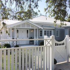 60 Stunning Australian Farmhouse Style Design Ideas - Page 41 of 56 - Abidah Decor Queenslander House, Weatherboard House, Interior Exterior, Exterior Colors, Exterior Design, Exterior Remodel, Style At Home, Farmhouse Style, Farmhouse Decor