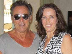 Bruce Springsteen con Clarissa Burt  Clarissa Rita Burt (Filadelfia, 25 aprile 1959) è un'attrice ed ex modella statunitense naturalizzata italiana. pinkcadillacmusic.it