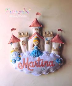 Castelo de Feltro para Porta Maternidade - Como Fazer Baby Crafts, Craft Stick Crafts, Diy And Crafts, Baby Decor, Nursery Decor, Felt Name, Felt Crafts Patterns, Felt Sheets, Felt Mobile