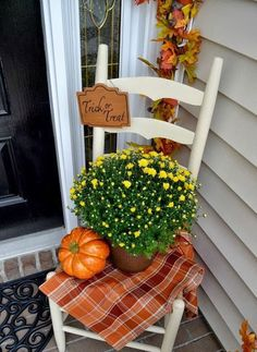 Fall Front Porch Decorating Ideas (On a Budget!) Fall Front Porch Decorating Ideas (On a Budget! Autumn Decorating, Decorating On A Budget, Budget Decorating, Small Porch Decorating, Fall Home Decor, Autumn Home, Fall Yard Decor, Fall Decor Outdoor, Fall Mailbox Decor
