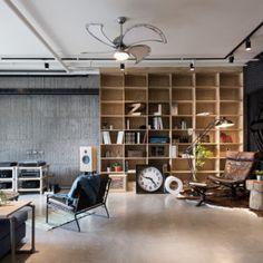 Loft com estante para livros e iluminação com trilhos