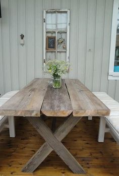 Bilderesultat for bord av gamla plankor Rustic Patio, Diy Patio, Wooden Dining Tables, Outdoor Tables, Cottage Shabby Chic, Deck Table, Woodworking Projects Diy, Farmhouse Table, Diy Furniture