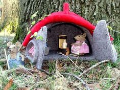 Mother mouse makes thee while father mouse works in the garden. Needle Felted Animals, Needle Felting, Felt Animals, Art For Kids, Crafts For Kids, Felt Play Mat, Wooly Bully, Felt House, Diy Dollhouse