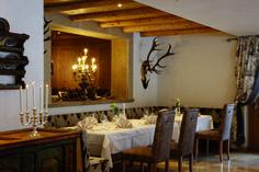 Gaumenfreuden in gemütlicher Atmosphäre Table, Furniture, Home Decor, Homemade Home Decor, Mesas, Home Furnishings, Desk, Decoration Home, Tabletop