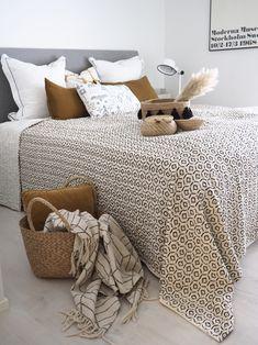 Makuuhuoneen uusi kaunis päiväpeite - Hurmaavan valkeaa Scandinavian Home, Comforters, Blanket, Bed, Furniture, Home Decor, Creature Comforts, Quilts, Decoration Home