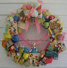 Vintage Toys a wreath made of vintage figurines, party and circus memorabilia, toy blocks, old cake decorations etc etc. GREAT IDEA especially for collectors. Wreath Crafts, Diy Wreath, Ornament Wreath, Kitsch, Christmas Wreaths, Christmas Crafts, Christmas Ornament, Christmas Time, Xmas