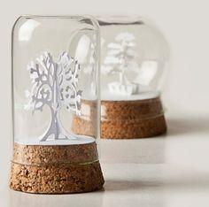 frascos com papel recortado e base de cortiça