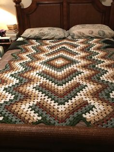 Hand made comfy blanket wonderfully created to cover entire body or a double bed brand new afghan request your own crochet color combination and size for baby or adult prices vary per size usado para venda em ocala Crochet Afghans, Crochet Bedspread, Crochet Quilt, Crochet Mandala, Afghan Crochet Patterns, Crochet Stitches, Mandala Yarn, Crochet Blankets, Granny Square Häkelanleitung