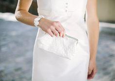 noni 2014 insa, passende clutch zum brautkleid aus zart bestickter seide, armband aus seidenbezogenen knöpfen, ebenfalls passend zum hochzeitskleid (Foto: Le Hai Linh) (http://www.noni-mode.de)