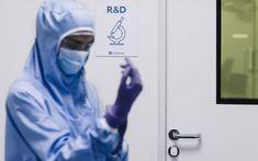 SALTO verwendet seit 2011 in Partnerschaft mit BioCote® die führende antimikrobielle Silber-Ionen-Technologie in seinem vielseitigen Portfolio von intelligenten elektronischen Beschlägen, elektronischen Zylindern, Spindschlössern und Wandlesern. Das Unternehmen trägt auf diese Weise mit seinen Zutrittslösungen dazu bei, Mikroben auf Oberflächen zu reduzieren und die Hygiene in Gebäuden zu verbessern und letztendlich eine sauberere Umgebung für Benutzer und Besucher zu schaffen. Construction News, The New Normal, Access Control, Portfolio, Technology, Home Technology, Top Hats, Things To Do, Environment