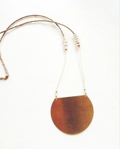 NAZCA est le nom d'une ville du sud du Pérou qui a donné son nom moderne à la civilisation Nazca. L'environnement sauvage et la beauté mystérieuse de cette région m'ont inspiré ce collier, teinté de simplicité par sa composition et d'authenticité par les matériaux choisisDélicat collier composé d'une grande plaque en laiton industriel, de perles en coquillages, de perles de rocaille de couleur péches et dorées.Le tout est monté d'une chaîne en plaqué or.Les...