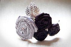 $13 Diadema con rosas de tela de raso en negro y plateado, plumas y abalorios. Se puede realizar en otros colores y tejidos.