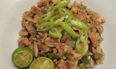 The pulutan of choice for most Filipinos, sisig! The lure of sisig is not limited to beer drinkers of course, this dish goes well, REALLY well, with rice. It is a savory treat that appeals to a wid… Sisig, Filling Food, Seafood Recipes, Risotto, Recipies, Beef, Treats, Dishes, Cooking