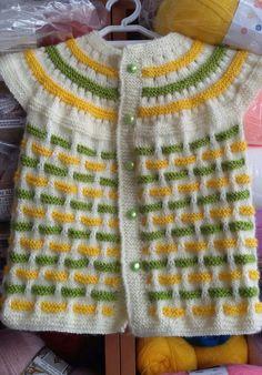 Hem kız çocuklarımıza hem erkek çocuklarımıza yapabileceğimiz güzel bir model Malzemeler: Beyaz bebe yünü Sarı bebe yünü Yeşil bebe yünü 3 numara şiş Düğme
