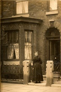 vintage everyday: 99 Interesting Found Photos Capture People Outside Their Houses From Between and Victorian Photos, Antique Photos, Vintage Pictures, Vintage Photographs, Old Pictures, Vintage Images, Old Photos, Victorian London, Victorian Terrace