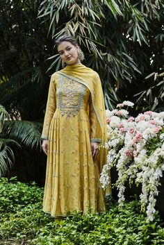 Shop from an exclusive range of luxurious wedding dresses & bridal wear by Anita Dongre. Bring home hand-embroidered wedding wear in colors inspired by nature. Indian Attire, Indian Ethnic Wear, Indian Outfits, Indian Clothes, Anarkali Dress, Pakistani Dresses, Salwar Kurta, Sari Dress, Indian Salwar Kameez