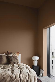Bränd orange ger ett varmt gyllene intryck. Här är väggen målad i 11175 Adventure. Foto: Line T. Klein Styling: Kråkvik & D'Orazio för Jotun Green Wall Color, Bedroom Interior, Bedroom Design, Interior, Scandinavian Interior, Home Decor, Colorful Interiors, Jotun Lady, House Interior