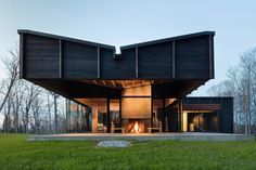 Designed by New York firm Desai Chia Architecture in collaboration with Michigan firm Environment Architects, Michigan Lake House was dramatizes the experience of dark and light as the sun moves through the day. #dwell #modernarchitecture #modernbutteryflyroofs #butterflyroofs