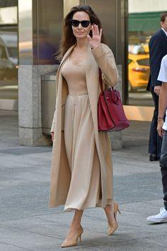 Анджелина Джоли в Ryan Roche в Нью-Йорке - мода, красота, украшения, новости, тренды, коллекции брендов одежды, обуви и аксессуаров: все новинки в онлайн-версии журнала Vogue.