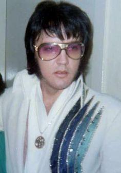 Elvis backstage before dinner show Vegas Hilton not feeling well 12-10-76