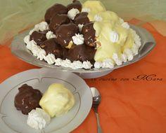 Il profiteroles ai due cioccolati sono una variante al classico profiteroles in quanto ricoperti da una salsa sia al cioccolato bianco sia fondente.