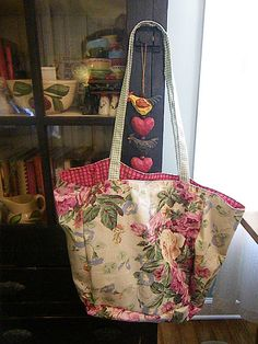 Charming tote made from vintage fabric!