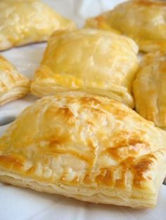 Como Fazer Massa Folhada I Love Food, Good Food, Yummy Food, My Favorite Food, Favorite Recipes, Empanadas, Sweet Recipes, Brunch, Food And Drink