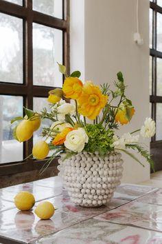 SO SCHÖNE BLUMEN GIBT'S! Kramer & Kramer bietet ein täglich frisches Sortiment ausgewählter Schnittblumen. Für Hochzeiten und alle denkbaren Feiern, die nach Blumenschmuck verlangen, stellen wir aufregende und ungewöhnliche Arrangements zusammen. Fad und gewöhnlich gibt's auch woanders. Table Decorations, Furniture, Home Decor, Giving Flowers, Cut Flowers, Floral Headdress, Beautiful Flowers, Nice Asses, Decoration Home