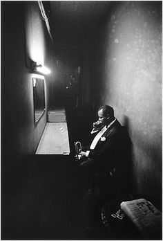 PHILADELPHIA—Louis Armstrong during the last minute of concentration in the wings before appearing in public, © Dennis Stock / Magnum Photos Louis Armstrong, Magnum Photos, Photos Black And White, Black And White Photography, Photo Black, Martin Parr, Era Do Jazz, Gjon Mili, Dennis Stock