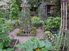Edible Landscaping: Kitchen Garden | jardin potager | bauerngarten | köksträdgård #OrganicGarden #vegetablegardeningdesign #GardeningDesign